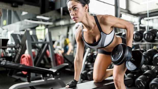 preworkout-women-dumbell-row-muscle-and-performance